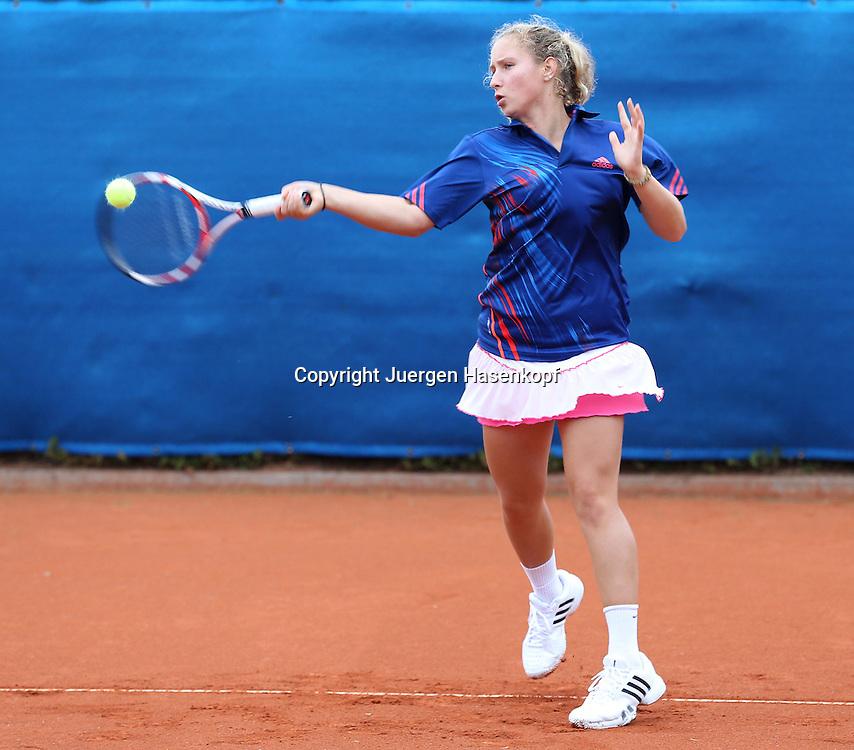 Tennis Trainer Legende Niki Pilic trainiert mit seiner jungen Spielerin Jelena Stojanovic (AUS), junge Tennis Talente, Spieler,Vorhand,Aktion,Einzelbild,.Ganzkoerper,Querformat,