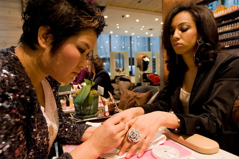 Hair Twenty Four, beauty salon and spa in Manhattan, New York, corner of Madison Avenue and 28th street, owner Kim Jihee from Korea..Besitzerin Kim Jihee in ihrem Hair Twenty Four Geschaeft in Manhattan, bei der Manikuere mit Kundin und Model Jolika Ullah