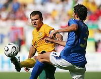 v.l. Mark Viduka, Fabio Grosso Italien<br /> Fussball WM 2006 Achtelfinale Italien - Australien<br /> Italia - Australia<br /> Norway only