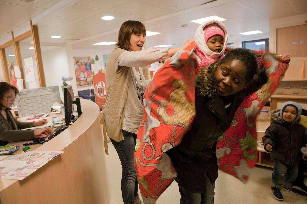 Isabelle, puéricultrice, accueille parents et enfants le matin à la PMI Amédée Laplace pour la halte-jeux. Créteil, 24 janvier 2013