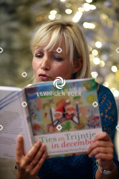BARNEVELD - Yvonne Jaspers presenteert haar nieuwe boek. FOTO LEVIN DEN BOER - PERSFOTO.NU