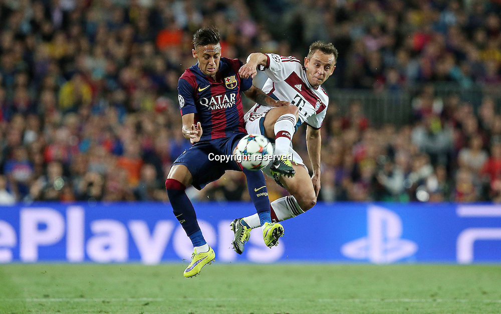06.05.2015. Nou Camp, Barcelona, Spain, UEFA Champions League semi-final. Barcelona versus Bayern Munich.  Neymar (FC Barcelona) challaneged by Rafinha (Bayern Munich)