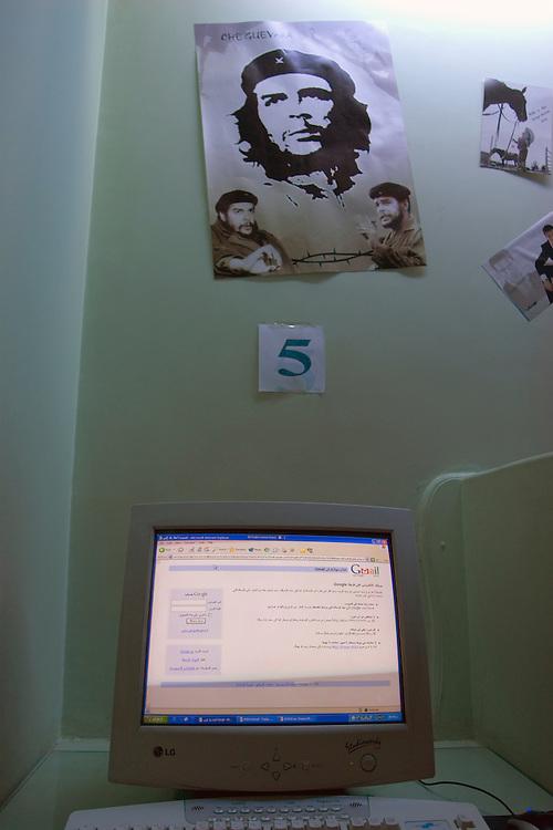 """Los cibercafés han emepzado a proliferar en los últimos años en el centro de Damasco, pese a la censura oficial de algunas páginas. En la foto, un poster con la foto del """"Ché"""" Guevara cuelga en la pared de un cibercafé en Damasco."""