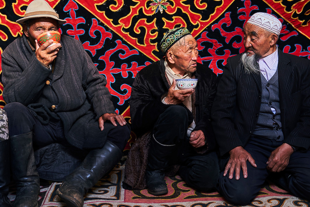 Mongolie, province de Bayan-Ulgii, région de l'ouest, campement nomade des Kazakh, fetes à l'intérieur d'une yourte // Mongolia, Bayan-Ulgii province, western Mongolia, nomad camp of Kazakh people in the steppe, festival inside the yurt