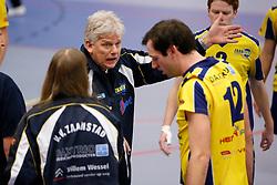 25-01-2013 VOLLEYBAL: EREDIVISIE FUSION - ZAANSTAD : ROTTERDAM<br /> Coach Martin Fennema geeft instructies aan Erwin Huinen<br /> ©2012-FotoHoogendoorn.nl / Pim Waslander