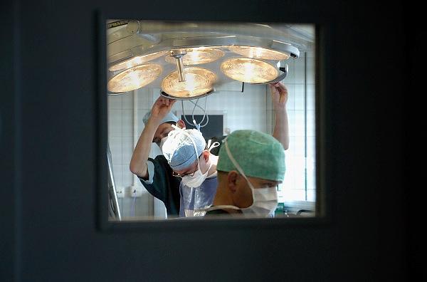 Nederland, Heerlen, 2-7-2004..Operatie in operatiekamer, ok, o.k. in Atrium ziekenhuis Heerlen. gezondheidszorg, ok verpleegkundigen,  assistenten, chirurgie, kosten, wachtlijsten, instrumenten, Medisch specialist, ziekte, transplantatie, donor, anesthesie..Foto: Flip Franssen