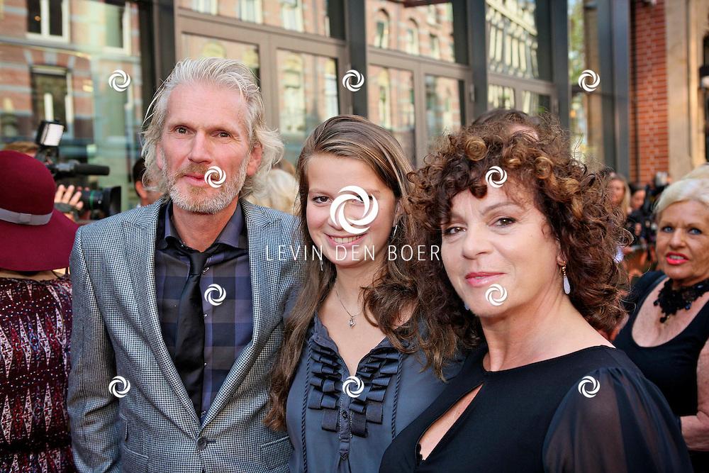 AMSTERDAM - In de LaMar theater is de premiere van Andre van Duin. Met op de foto vlnr Rob Snoek, dochter Louise en partner Henriette Tol. FOTO LEVIN DEN BOER - PERSFOTO.NU