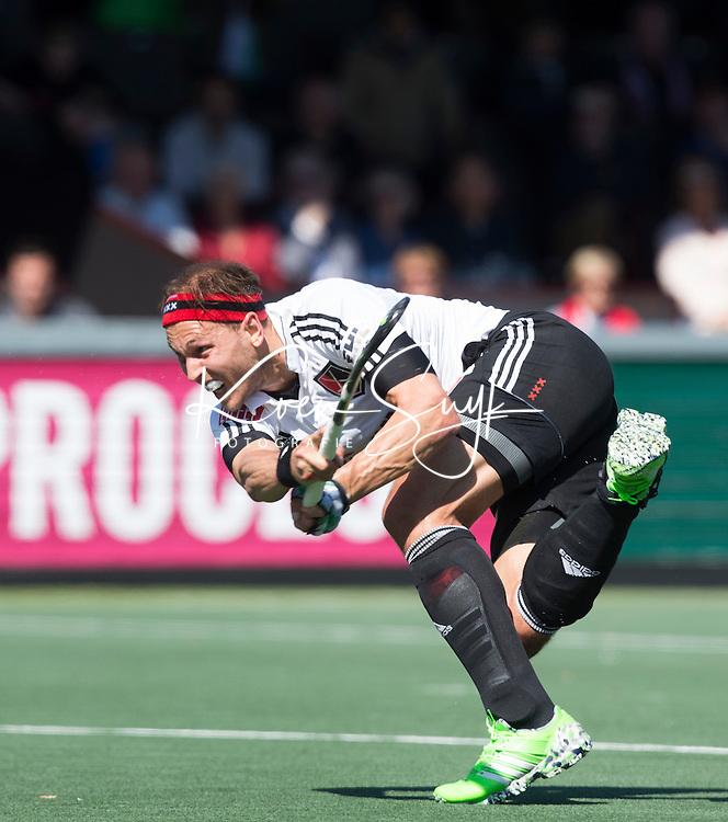 AMSTELVEEN -  Justin Reid-Ross van Amsterdam   tijdens de 3e en beslissende  halve finalewedstrijd in de Play offs tussen Amsterdam en  Kampong (3-1) .  COPYRIGHT KOEN SUYK