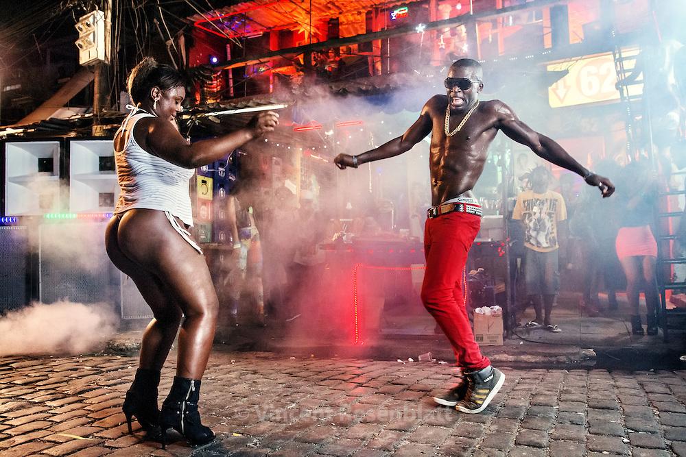 Video shoot of the &quot;Vira a Cara&quot; clip for DJ Leo Justi / Heavy Baile at Vila Mimosa, popular prostitution district <br /> with Massengo Jr, famous dancer of the black music scene of Rio de Janeiro (director : Leandro HBL) //Tournage du clip &quot;Vira a Cara&quot; du DJ Leo Justi / Heavy Baile &agrave; Vila Mimosa, quartier de prostitution populaire, avec Massengo Jr, fameux danseur de la sc&egrave;ne black music de Rio.