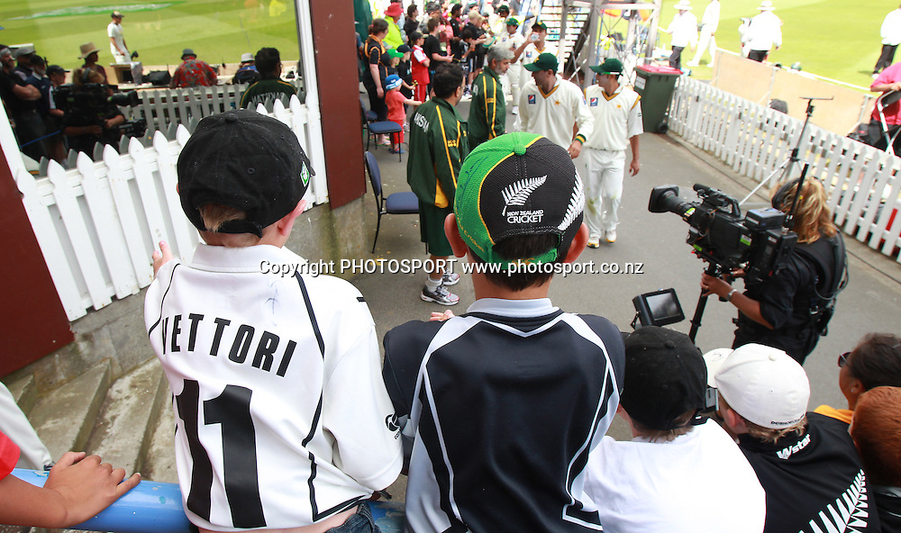 Kids look on at the end of play on Day 1 of the 2nd test match.  New Zealand Black Caps v Pakistan, Test Match Cricket. Basin Reserve, Wellington, New Zealand. Saturday 15 January 2011. Photo: Andrew Cornaga/photosport.co.nz