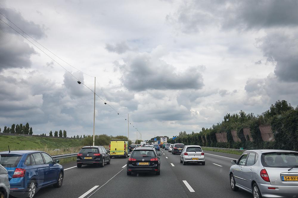 Bij Harmelen rijdt verkeer over de A12 bij een opstopping.