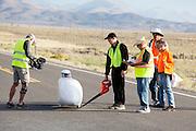 Peter Borenstadt staat klaar voor de eerste recordpoging. In Battle Mountain (Nevada) wordt ieder jaar de World Human Powered Speed Challenge gehouden. Tijdens deze wedstrijd wordt geprobeerd zo hard mogelijk te fietsen op pure menskracht. Ze halen snelheden tot 133 km/h. De deelnemers bestaan zowel uit teams van universiteiten als uit hobbyisten. Met de gestroomlijnde fietsen willen ze laten zien wat mogelijk is met menskracht. De speciale ligfietsen kunnen gezien worden als de Formule 1 van het fietsen. De kennis die wordt opgedaan wordt ook gebruikt om duurzaam vervoer verder te ontwikkelen.<br /> <br /> Peter Borenstadt is ready for his first record attempt. In Battle Mountain (Nevada) each year the World Human Powered Speed Challenge is held. During this race they try to ride on pure manpower as hard as possible. Speeds up to 133 km/h are reached. The participants consist of both teams from universities and from hobbyists. With the sleek bikes they want to show what is possible with human power. The special recumbent bicycles can be seen as the Formula 1 of the bicycle. The knowledge gained is also used to develop sustainable transport.