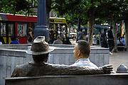 Belgie, Luik, 8-8-2010Straatbeeld in het centrum van de stad. De man rechts zit op een bankje naast het beeld van de schrijver Simenon, die de detective Maigret bedacht.Foto: Flip Franssen/Hollandse Hoogte