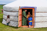 Mongolie, Province de Ovorkhangai, Vallee de l'Orkhon, campement nomade, famille mongole l'intérieur d'une yourte // Mongolia, Ovorkhangai province, Orkhon valley, Nomad camp, nomad family in the yurt