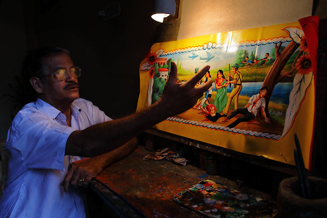R.K. Das is one of the most influencial rickshaw painters in Bangladesh. Here he is making some comments about one of his rickshaw paintings about the Liberation War (1971, against Pakistan). For the last 40 years, rickshaw paintings have been some ways to express and represent cultural aspects from Bangladesh, important events, messages, people desires, etc.