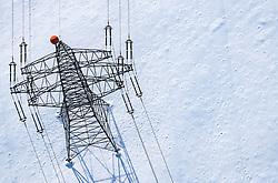 THEMENBILD - Strommasten mit Leitungen auf der mit schneebedeckten Landschaft, aufgenommen am 5. Feber 2018 in Zell am See - Kaprun, Österreich // Electricity pylons with wires and snow-covered landscape, Zell am See Kaprun, Austria on 2018/02/05. EXPA Pictures © 2018, PhotoCredit: EXPA/ JFK