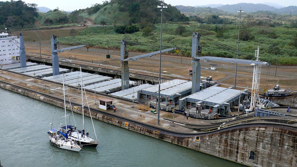 Edificación de 1913 del Canal de Panamá en Miraflores, Ciudad de Panamá,..El Canal de Panamá mide 80 Kilómetros de largo.Su cauce discurre entre el Atlántico y el Pacifico. El Canal esta conformado por varios elementos: el lago Gatún;el Corte Culebra; y las esclusas(Miraflores y Pedro Miguel en el Pacifico; y Gatún en el Atlántico)..El canal utiliza un sistema de esclusas:compartimientos con puertas de entrada y salida. Las esclusas funcionan como elevadores de agua:suben la nave desde el nivel del mar( ya sea pacífico o del Atlántico) hacia el nivel del Lago Gatún (26 metros sobre el nivel del mar) así los buques navegan a tráves del cauce del Canal en la Cordillera Central de Panamá.(Victoria Murillo/Istmophoto)