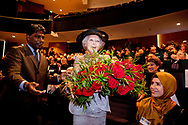 UTRECHT - Prinses Beatrix krijgt 80 rozen voor haar 80ste verjaardag tijdens haar bezoek aan het symposium van het interreligieus netwerk In Vrijheid Verbonden in TivoliVredenburg. Het thema van de bijeenkomst was Een duurzame samenleving. ANP ROYAL IMAGES ROBIN UTRECHT