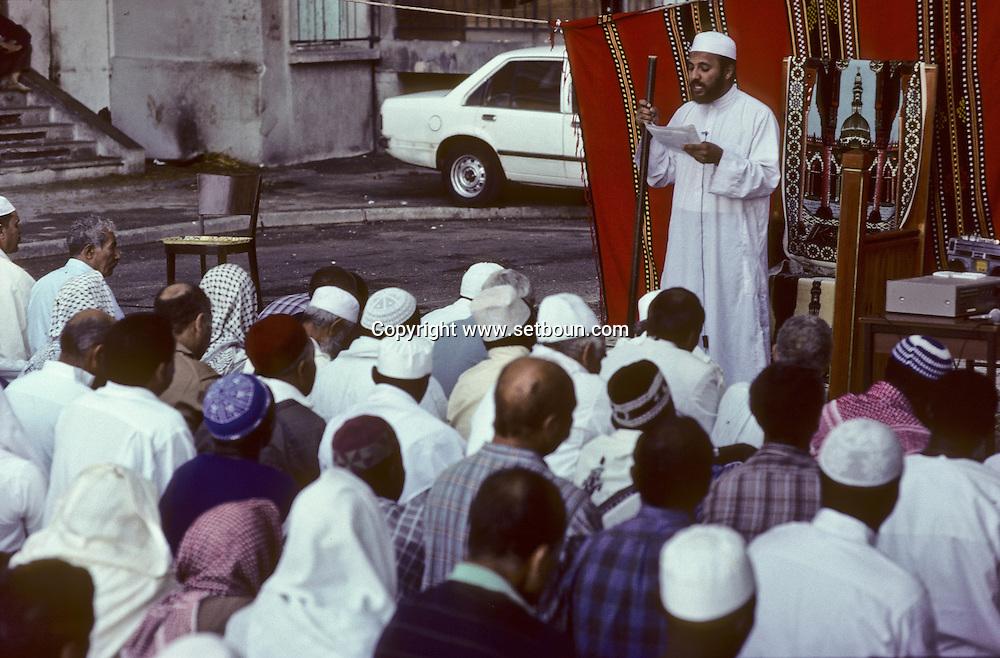 France. Marseille. Aid Muslim prayer prayer in cite Bellevue   Marseille  France    /la prière de l Aid au coeur de la cite Bellevue dans le centre de   Marseille  France  /R00015/76    L2816  /  P0005633