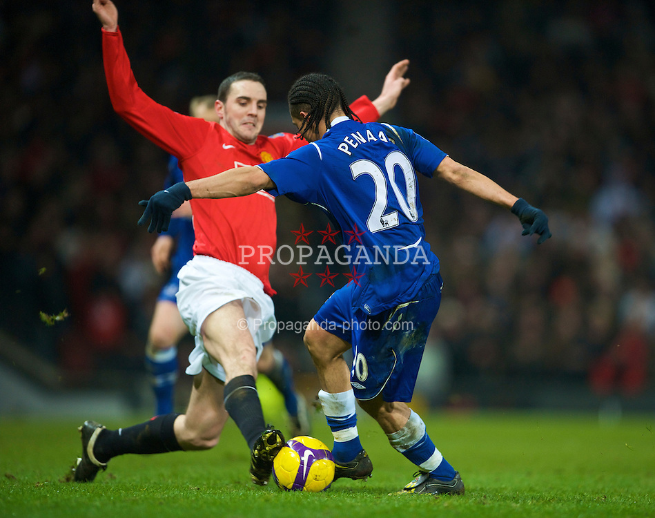 MANCHESTER, ENGLAND - Saturday, January 31, 2009: Everton's Steven Pienaar and Manchester United's John O'Shea during the Premiership match at Old Trafford. (Mandatory credit: David Rawcliffe/Propaganda)