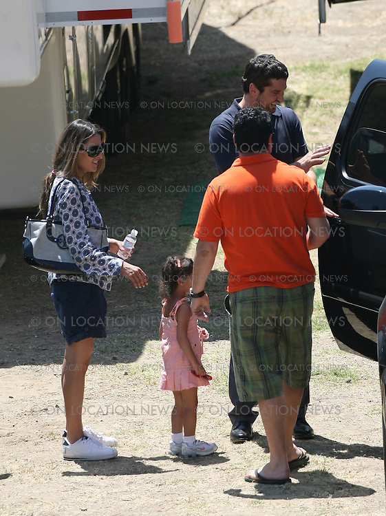LOS ANGELES, CALIFORNIA - SATURDAY 26th APRIL 2008. NON EXCLUSIVE: Katherine Heigl and Gerrard Butler return to their trailers during a break while filming their new movie 'The Ugly Truth'. Photograph: On location News. Sales: Eric Ford 1/818-613-3955 info@OnLocationNews.com