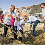NLD/Den Dolder/20160312 - Nederlandse Koninklijke Familie doet mee aan NLDoet 2016, Koning Willem Alexander en vrijwiliggers