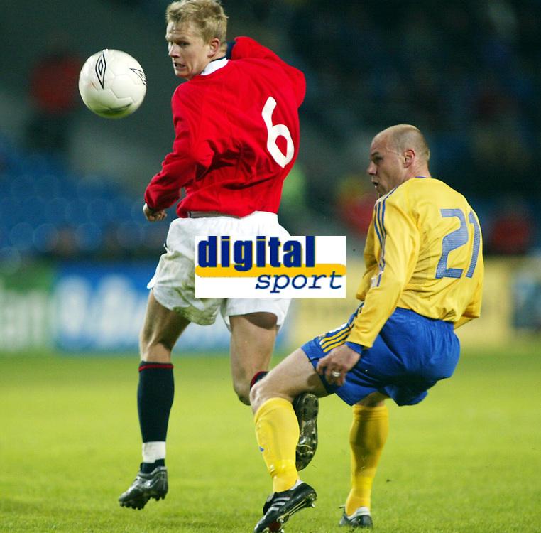 Fotball, 17. april 2002. Landskamp, Norge v Sverige 0-0.  Steffen iversen, Norge mot Magnus Svensson, Sverige.