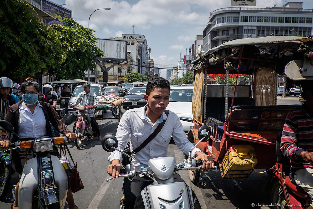 The traffic in Phnom Penh is dense and chaotic. For tourists, crossing a busy traffic artery, is often already a big challenge.
