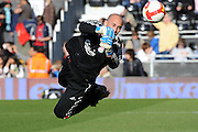 Pepe Reina (Liverpool) warms up. Fulham v Liverpool, Barclays Premier League,  Craven Cottage,  London. 4th April 2009.