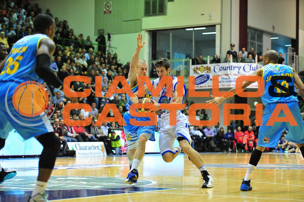 DESCRIZIONE : LegaBasket Serie A 2013-14 Dinamo Banco di Sardegna Sassari - Vanoli Cremona<br /> GIOCATORE : Drake Diener<br /> CATEGORIA : Palleggio Penetrazione<br /> SQUADRA :  Dinamo Banco di Sardegna Sassari<br /> EVENTO : Campionato Serie A 2013-14<br /> GARA : Dinamo Banco di Sardegna Sassari - Vanoli Cremona<br /> DATA : 16/02/2014<br /> SPORT : Pallacanestro <br /> AUTORE : Agenzia Ciamillo-Castoria / M.Turrini<br /> Galleria : Lega Basket Serie A Beko 2013-2014  <br /> Fotonotizia : LegaBasket Serie A 2013-14 Dinamo Banco di Sardegna Sassari - Vanoli Cremona<br /> Predefinita :