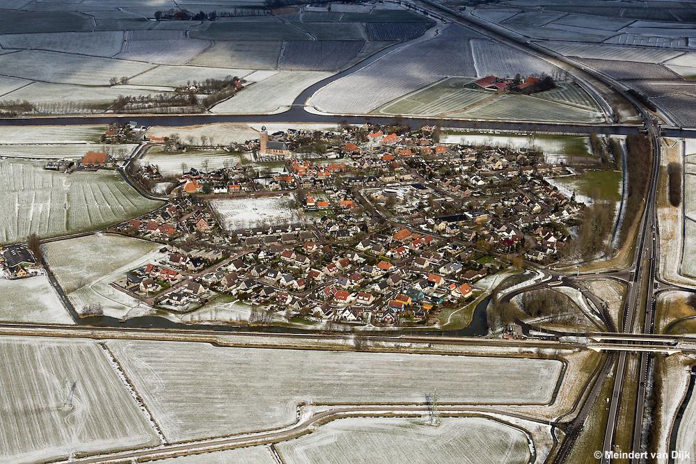 Luchtfoto van een besneeuwd Deinum, gelegen ten westen van Leeuwarden.