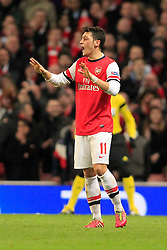 19.02.2014, Emirates Stadion, London, ENG, UEFA CL, FC Arsenal vs FC Bayern Muenchen, Achtelfinale, im Bild Mesut Oezil (Arsenal FC #11) beruhigt seine Mitspieler gibt Anweisungen // during the UEFA Champions League Round of 16 match between FC Arsenal and FC Bayern Munich at the Emirates Stadion in London, Great Britain on 2014/02/19. EXPA Pictures © 2014, PhotoCredit: EXPA/ Eibner-Pressefoto/ Schueler<br /> <br /> *****ATTENTION - OUT of GER*****