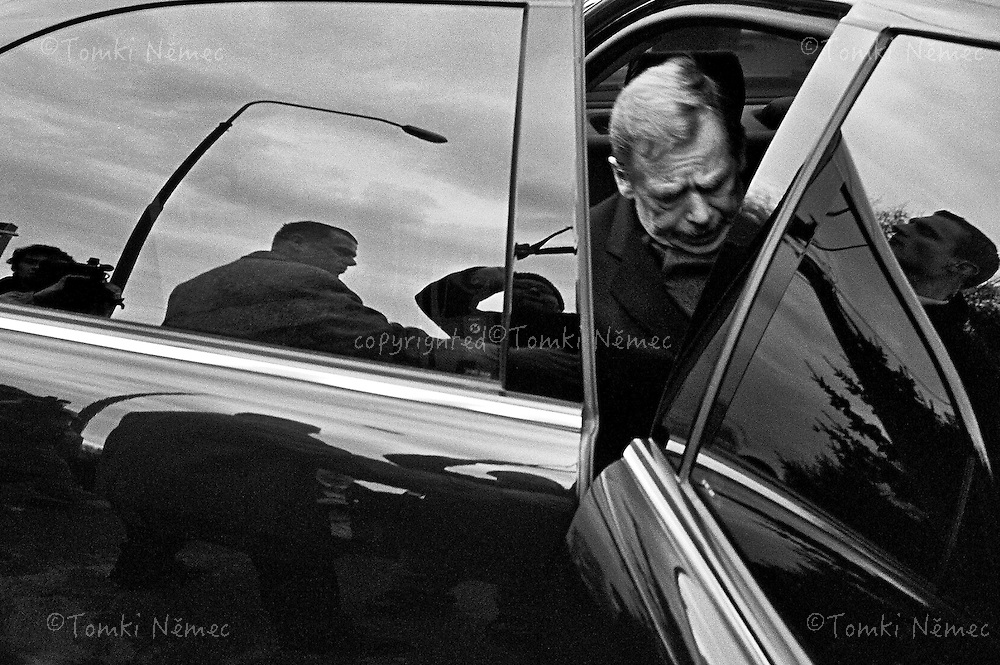 *EN/SLOVAKIA,BRATISLAVA,DECEMBER 2002.A TIRED AND EXHAUSTED VACLAV HAVEL GETS INTO HIS LIMOUSINE FOR THE LAST TIME, TO BE DRIVEN TO A MEETING WITH THE POLITICAL REPRESENTATIVES OF SLOVAKIA. .VACLAV HAVEL LEAVES THE OFFICE OF PRESIDENT OF THE CZECH REPUBLIC AFTER THIRTEEN YEARS IN OFFICE.
