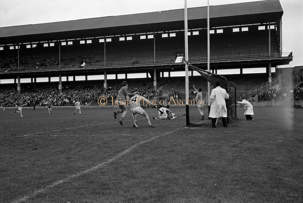 16/04/1967<br /> 04/16/1967<br /> 16 April 1967<br /> National Hurling League: Clare v Dublin at Croke Park, Dublin. <br /> M. Keane scores a point for Clare.