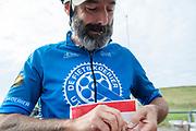 Een fietskoerier speldt zijn nummer op. In Nieuwegein wordt het NK Fietskoerieren gehouden. Fietskoeriers uit Nederland strijden om de titel door op een parcours het snelst zoveel mogelijk stempels te halen en lading weg te brengen. Daarbij moeten ze een slimme route kiezen.<br /> <br /> In Nieuwegein bike messengers battle for the Open Dutch Bicycle Messenger Championship.
