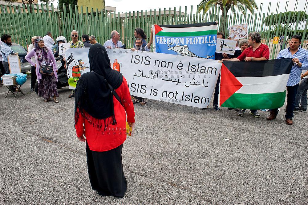 """Roma, 19 Settembre  2014<br /> Manifestazione  contro  ISIS ( Stato Islamico).<br /> Uno striscione con la scritta: """"ISIS non è Islam"""" esposto da un gruppo di italiani ed immigrati davanti alla Moschea Grande  di Roma, durante la preghiera del Venerdi.<br /> Rome, 19 September 2014 <br /> Demonstration against ISIS (Islamic State). <br /> A banner with the inscription: """"ISIS is not Islam"""" exhibited by a group of Italian and immigrants  in front of the Grand Mosque of Rome, during prayers on Friday."""