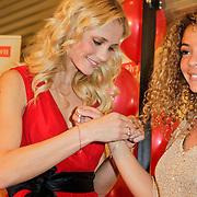 NLD/Amstelveen/20120216 - Presentatie Charityarmband Rode Kruis, Yfke Sturm en Fajah Lourens
