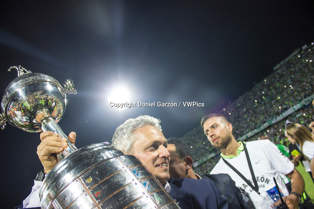 Reinaldo Rueda coach of Atletico Nacional looks on during a second leg final match between Atletico Nacional and Independiente del Valle