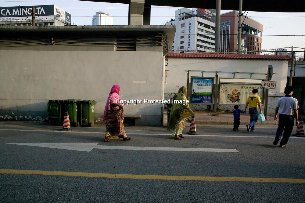 GUANGZHOU, 3. Mai , 2010:. Afrikanerinnen gehen auf einer Strasse in der Naehe des Tianxiu Kaufhauses in Guangzhou...