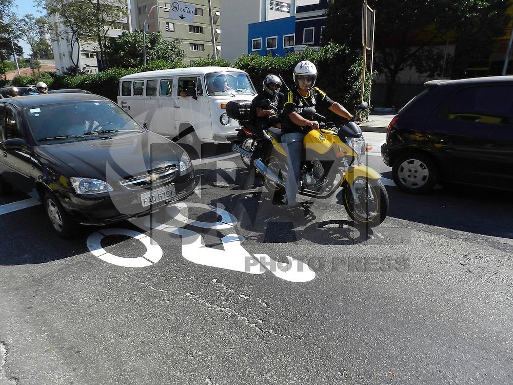 SÃO PAULO, SP, 03 DE MAIO 2013. FAIXA MOTOCICLETAS - No cruzamento da avenida Rebouças com a Rua Estados Unidos, na zona oeste da cidade de São Paulo, ganha uma área de espera exclusiva para motos. A sinalização é uma área delimitada no asfalto para isolar, durante a espera do semáforo, os veículos de duas rodas dos demais, que ficam atrás. Ciclistas também podem usar o espaço. FOTO: MAURICIO CAMARGO / BRAZIL PHOTO PRESS.