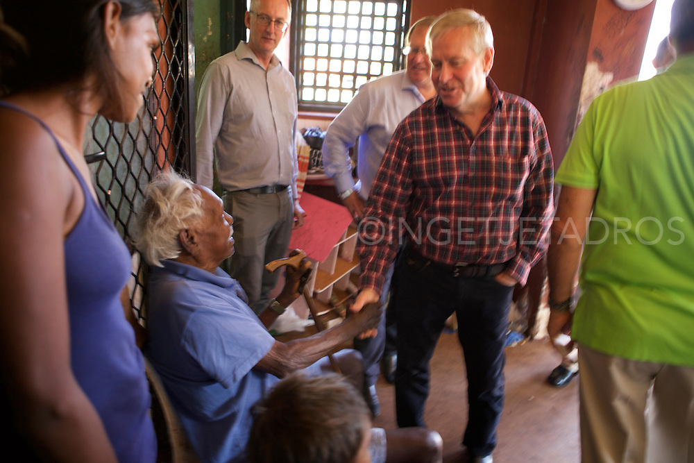 Colin Barnett, Premier of Western Australia (2nd R) shaking hands with Kennedy Hill&rsquo;s 88-year-old Elder Roy Hunter Wiggan (L) during a brief visit in Kennedy Hill, a small Aboriginal Community, in the town centre of Broome.<br /> The Premier is visiting Communities to get more of a feel this regarding his recent announcement to close over 100+ Aboriginal Communities in Western Australia. Barnett mentioned, &quot;We won't close them all down, but the safety of the children is our first priority.&quot; &quot;This community looks nice and well under control.&quot; <br /> Elder Roy Hunter Wiggan (L) mentioned he was very happy with the visit, &quot;it was talking to a brother.&quot; Broome,Western Australia &copy;Ingetje Tadros/Diimex