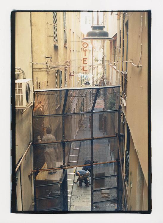 Proteste contro il summit del G8, Genova luglio 2001. Blindatura della cosiddetta Zona Rossa. I vicoli del centro storico vengono chiusi da recinzioni in metallo in vista del vertice del G8. Si può passare solo se residenti.