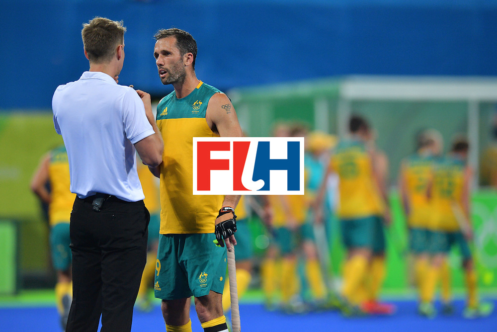 Australia's Mark Knowles speaks with the referee during the men's field hockey Britain vs Australia match of the Rio 2016 Olympics Games at the Olympic Hockey Centre in Rio de Janeiro on August, 10 2016. / AFP / Carl DE SOUZA        (Photo credit should read CARL DE SOUZA/AFP/Getty Images)