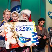 NLD/Hilversum/20121207 - Skyradio Christmas Tree, Anita Witzier en Anouk Smulders - Voorveld met hun prijs