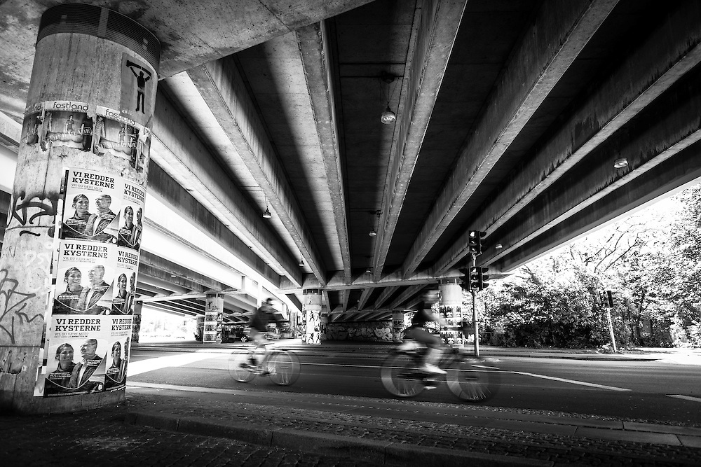 A black and white photograph from beneath Bispeengbuen in Copenhagen's Outer Frederiksberg district