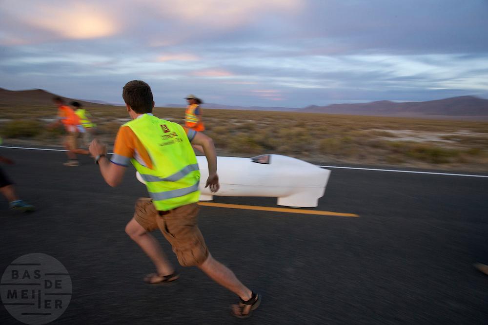 Vrijwilligers moeten rennen om Aurelien Bonneteau in de Altair 4 te kunnen vangen op de vijfde racedag van de WHPSC. In de buurt van Battle Mountain, Nevada, strijden van 10 tot en met 15 september 2012 verschillende teams om het wereldrecord fietsen tijdens de World Human Powered Speed Challenge. Het huidige record is 133 km/h.<br /> <br /> Volunteers have to run to catch Aurelien Bonneteau in the Altair 4 on the fifth day of the WHPSC. Near Battle Mountain, Nevada, several teams are trying to set a new world record cycling at the World Human Powered Vehicle Speed Challenge from Sept. 10th till Sept. 15th. The current record is 133 km/h.