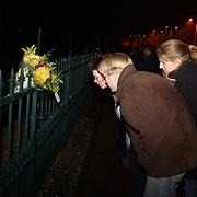 Overlijden prins Bernhard, mensen bekijken de bloemen aan het hek van paleis Soestdijk