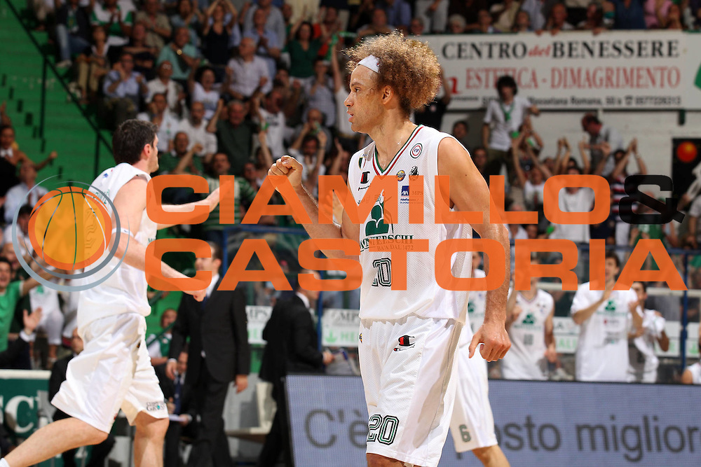DESCRIZIONE : Siena Lega A 2011-12 Montepaschi Siena EA7 Emporio Armani Milano Finale scudetto gara 5<br /> GIOCATORE : Shaun Stonerook<br /> CATEGORIA : esultanza<br /> SQUADRA : Montepaschi Siena<br /> EVENTO : Campionato Lega A 2011-2012 Finale scudetto gara 5<br /> GARA : Montepaschi Siena EA7 Emporio Armani Milano<br /> DATA : 17/06/2012<br /> SPORT : Pallacanestro <br /> AUTORE : Agenzia Ciamillo-Castoria/ElioCastoria<br /> Galleria : Lega Basket A 2011-2012  <br /> Fotonotizia : Siena Lega A 2011-12 Montepaschi Siena EA7 Emporio Armani Milano Finale scudetto gara 5<br /> Predefinita :
