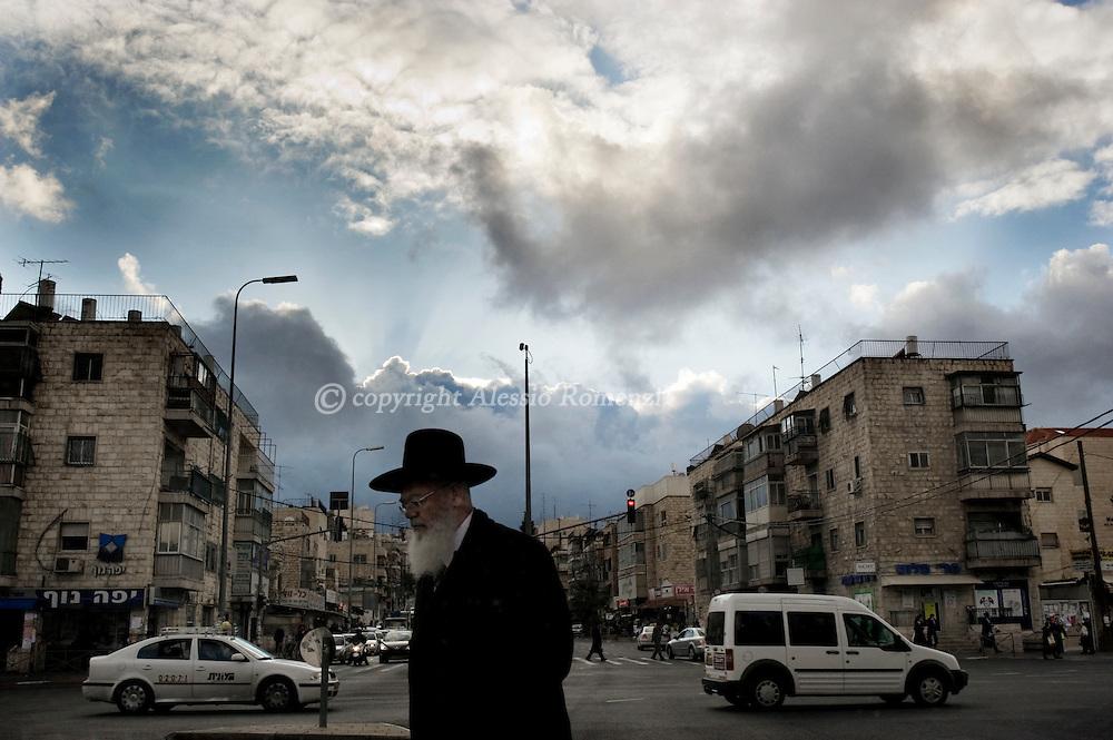 Israel, Jerusalem. An israeli Jewish Orthodox crosses a street in Jerusalem..© ALESSIO ROMENZI