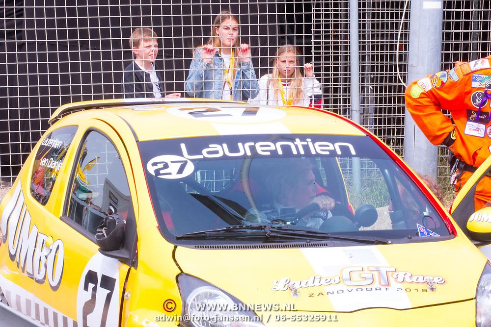 NLD/Zandvoort/20180520 - Jumbo Race dagen 2018, Gravin Eloise en Graaf Claus Casimir, Gravin Eleonore kijken naar auto Prinses Laurentien
